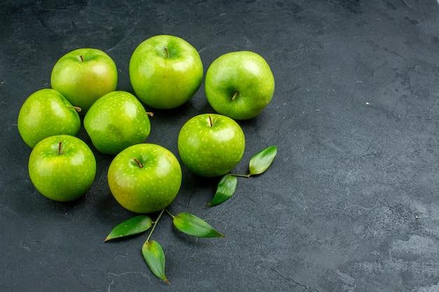 Onderaanzicht groene appels op donkere ondergrond vrije ruimte onderaanzicht groene appels op donkere ondergrond