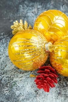 Onderaanzicht kerstboom ballen kerst ornamenten op grijze achtergrond