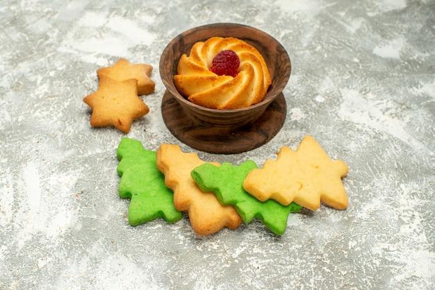 Onderaanzicht kerstboomkoekjes koekje in kom op grijze ondergrond