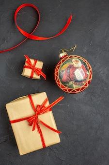 Onderaanzicht kerstcadeaus in bruin papieren lint kerstboom speelgoed op krant op beige achtergrond