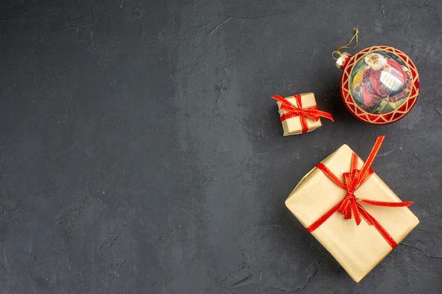 Onderaanzicht kerstcadeaus in bruin papieren lint kerstboom speelgoed op krant op beige achtergrond Gratis Foto
