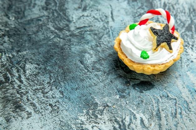 Onderaanzicht kersttaartjes op grijze tafelkopieerruimte