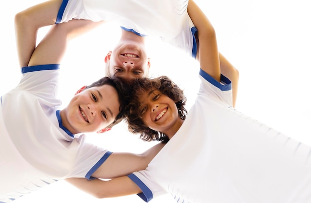 Onderaanzicht kinderen die zich klaarmaken voor een nieuwe voetbalwedstrijd