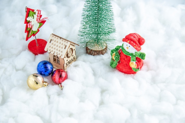 Onderaanzicht kleine kerstboom houten huis bal speelgoed op wit geïsoleerd oppervlak
