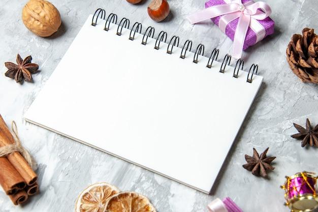 Onderaanzicht notebook kaneelstokjes gedroogde citroen schijfjes anijs op grijze achtergrond