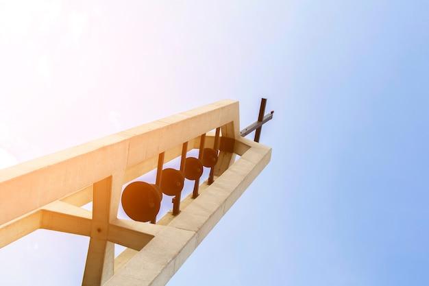 Onderaanzicht religieus monument met kruis bovenop