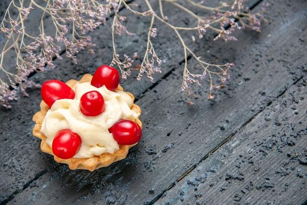 Onderaanzicht taart met cornel fruit op houten grond met vrije ruimte