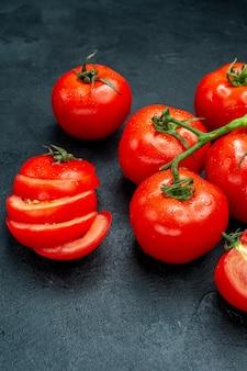Onderaanzicht tomatentak gesneden tomaten op zwarte tafel