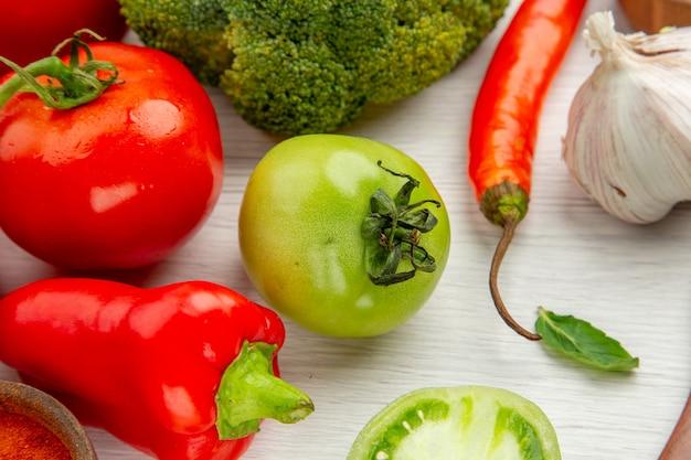 Onderaanzicht tomatentak groene tomaat broccoli knoflook op grijze tafel