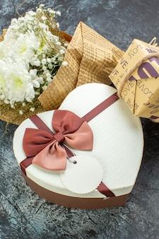 Onderaanzicht valentijnsdag details bloemen hartvormige doos cadeau op grijze achtergrond
