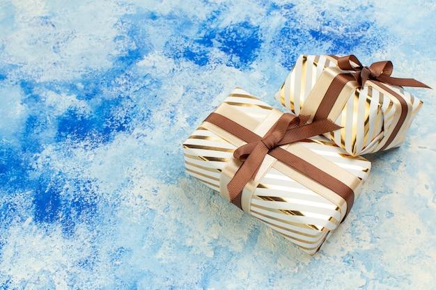 Onderaanzicht valentijnsdag geschenken op blauwe witte grunge achtergrond met vrije plaats