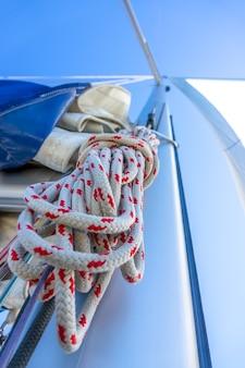 Onderaanzicht van de mast van een zeiljacht. een streng touw en ander tuigage. blauwe lucht