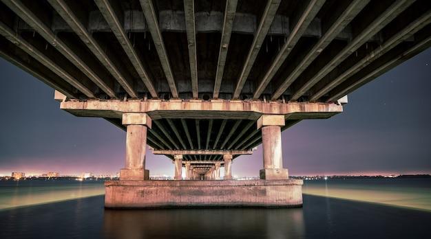 Onderaanzicht van een mooie heldere lange brug over de grote mooie rivier de dnjepr