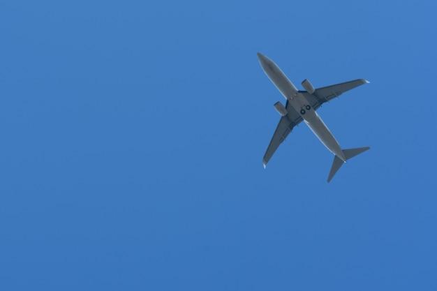 Onderaanzicht van een vliegtuig in de lucht