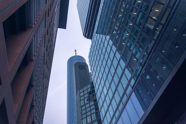 Onderaanzicht van gebouwen in het zakendistrict.