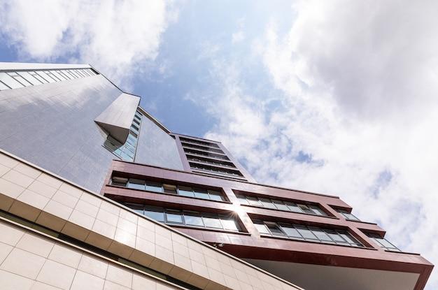 Onderaanzicht van hypermodern flatgebouw met gevel met geometrieontwerp.