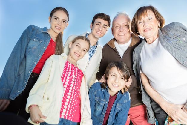 Onderaanzicht van lachende gezin