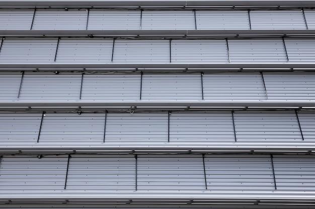 Onderaanzicht van lichtgrijs geribbeld plafond van industriële stijl