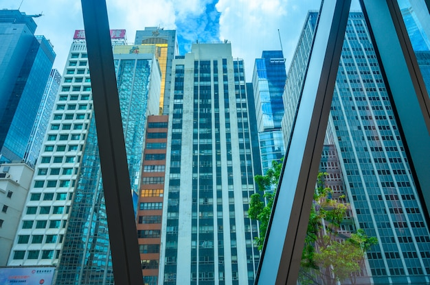 Onderaanzicht van moderne wolkenkrabbers in de zakenwijk tegen blauwe hemel