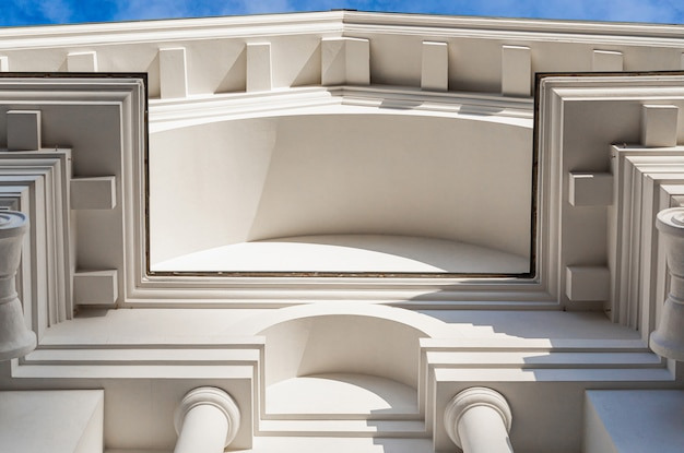 Onderaanzicht van museumgebouw