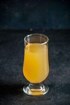 Onderaanzicht vers ananassap in glas op zwarte achtergrond