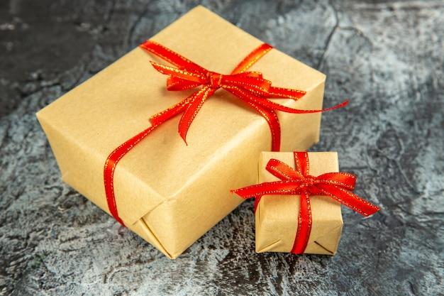 Onderaanzicht verschillende maten cadeautjes gebonden met rood lint op donkere geïsoleerde achtergrond