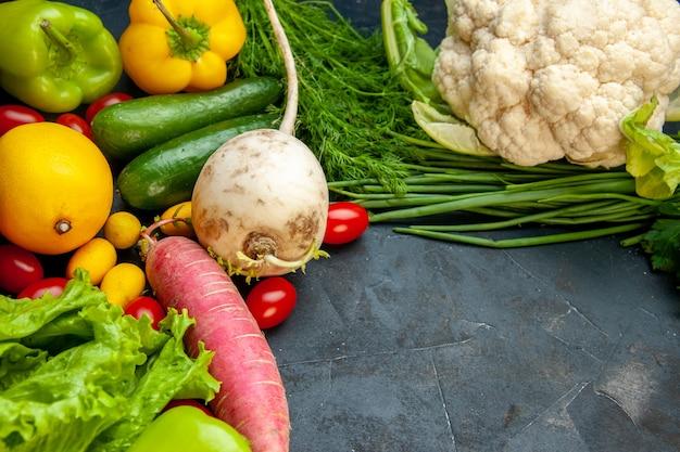 Onderaanzicht verse groenten kerstomaatjes cumcuat bloemkool radijs groene ui dille komkommers paprika citroen met vrije ruimte