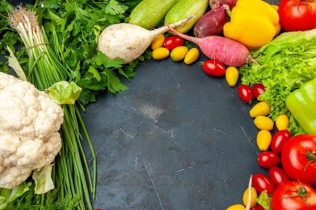 Onderaanzicht verse groenten kerstomaatjes cumcuat bloemkool radijs groene ui peterselie tomaten paprika vrije ruimte
