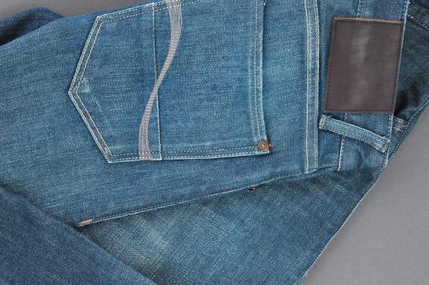 Onderdeel van denim broek met achterzakken en label, close-up