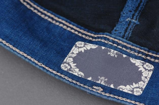 Onderdeel van denim broek met label, close-up