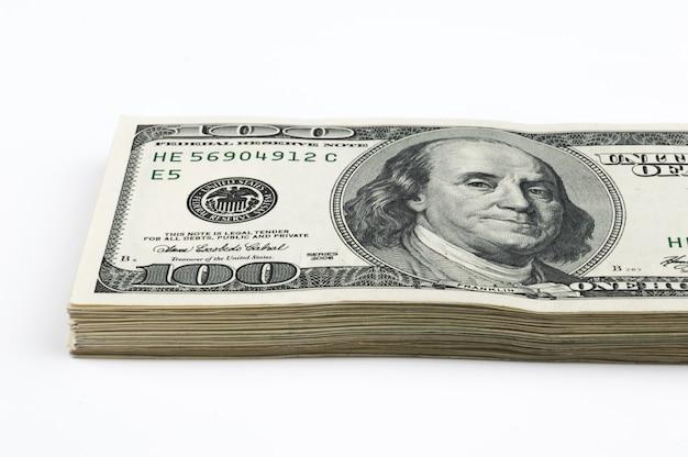 Onderdeel van een pakket van honderd-dollarbiljetten. bekijk schuin. detailopname.