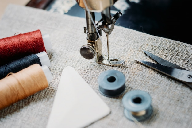 Onderdeel van een vintage naaimachine en kledingstuk.