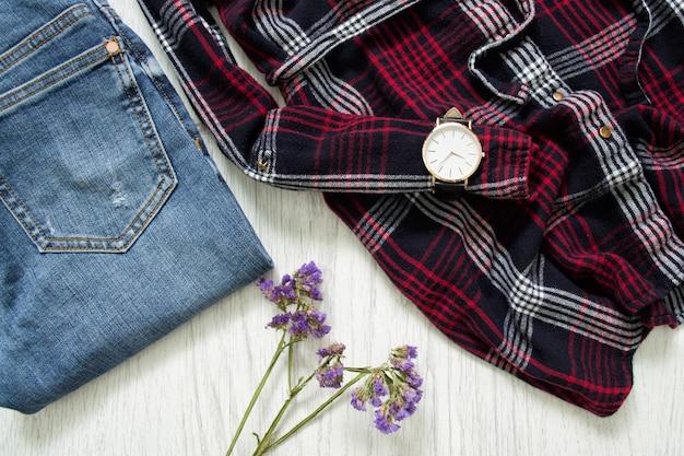 Onderdeel van geruite overhemden, horloges, jeans en wilde bloemen. modieus concept