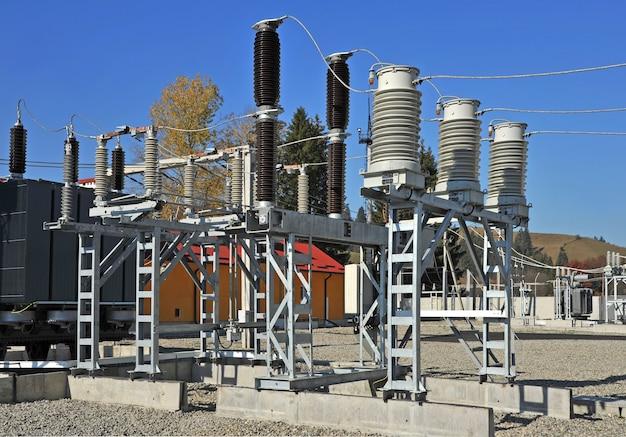 Onderdeel van hoogspanningsstation met schakelaars en scheiders. hoogspanningsomvormer bij een energiecentrale