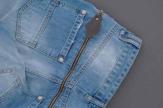 Onderdeel van spijkerbroek met achterzak en rits, close-up