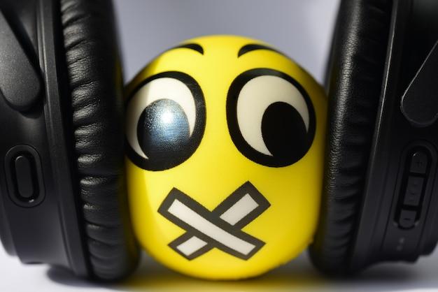 Onderdrukking van de vrijheid van meningsuiting, smiley, haat, nayshniki, been, hand, nietmachine.
