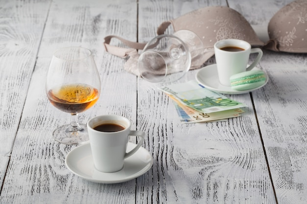 Ondergoed, alcohol en geld symboliseren de kosten van seks.