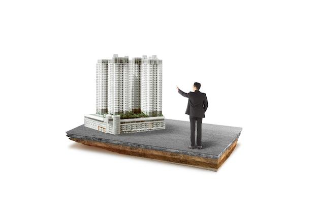 Ondergrondse bodemlaag van doorsnede aarde aziatische zakenman wijzend modern gebouw op straat