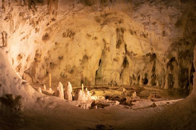 Ondergrondse grotten met stalactieten en stalagmietenformaties in de frasassi-grotten (grotte di frasassi), marche, ancona, italië