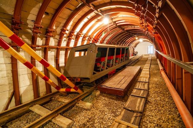Ondergrondse kolenmijn met spoorlijn