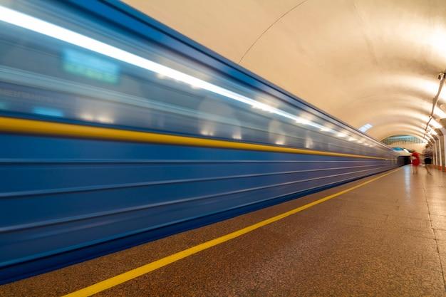 Ondergrondse (metro) metro die aankomt op een station. motion blurr effect