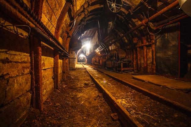 Ondergrondse mijntunnel met rails