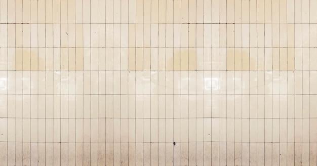 Ondergrondse muur gemaakt van oude tegels
