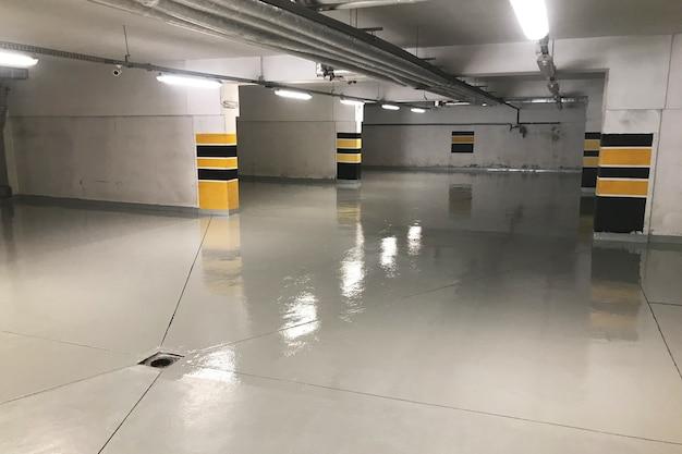 Ondergrondse parkeergarage, garage onder een woongebouw