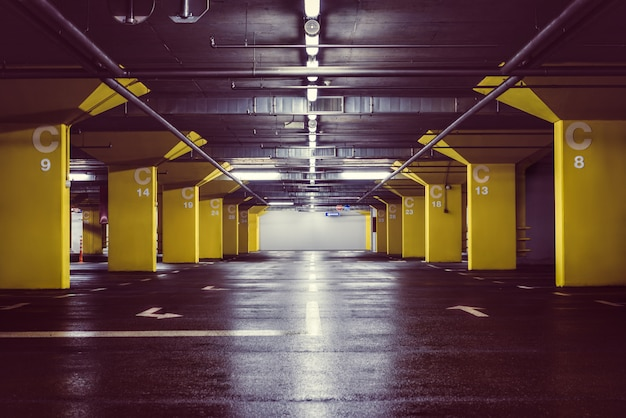 Ondergrondse parkeergarage 's nachts