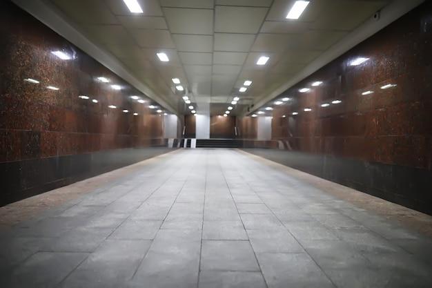 Ondergrondse passage met lichten aan zonder mensen 's nachts