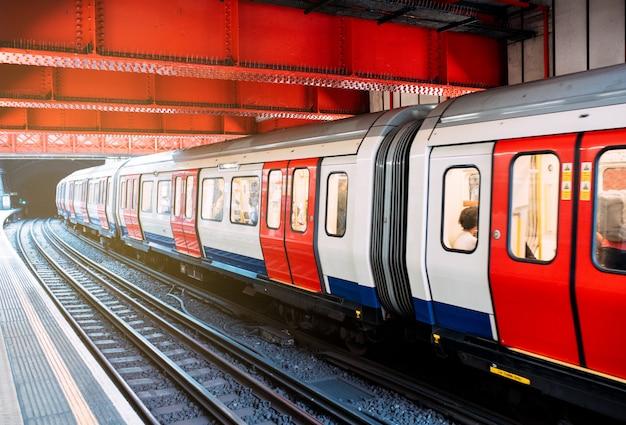 Ondergrondse trein bij het station in londen