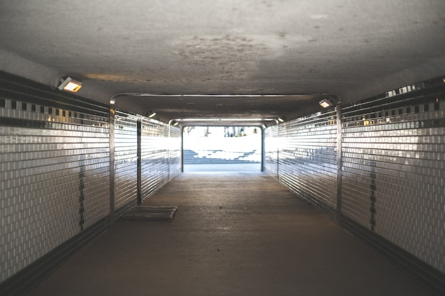 Ondergrondse tunnel die naar buiten leidt