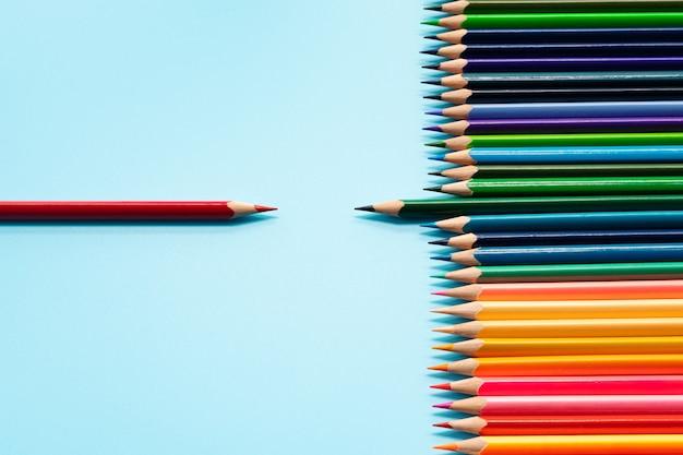Onderhandeling en leiderschap bedrijfsconcept. het rode en groene kleurenpotlood bespreken elkaar