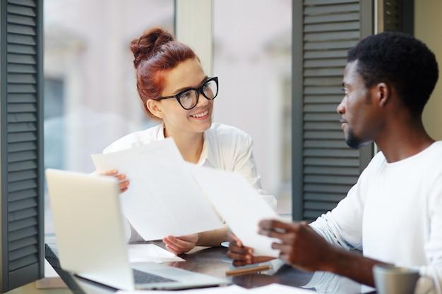 Onderhandelingen voeren met zakenpartner